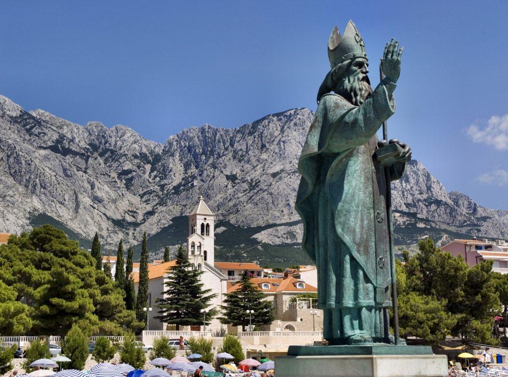 Baška Voda en Croatie - Statue de saint Nicolas